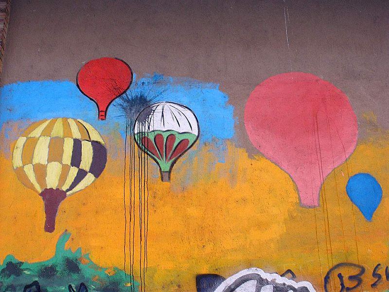 Graffiti sur un mur à Vitoria-Gasteiz, représentant des montgolfières