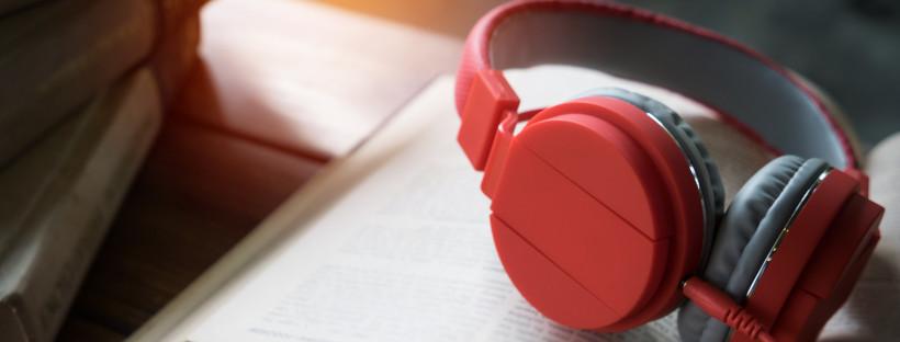 photo d'écouteurs posés sur un livre