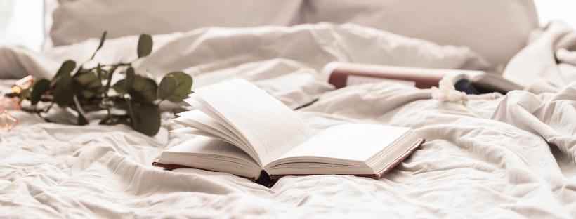livre posé sur un lit